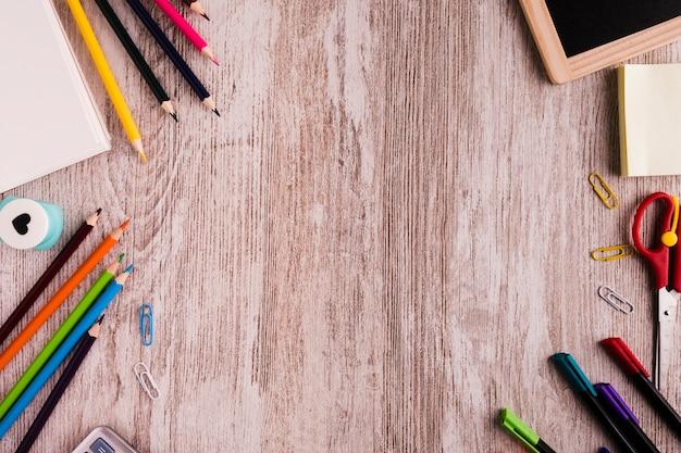 机の上の文房具と学校の構成