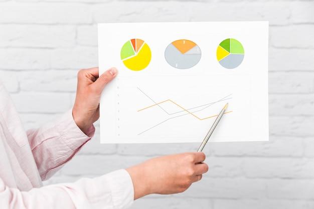 チャートや統計を示すビジネスマン