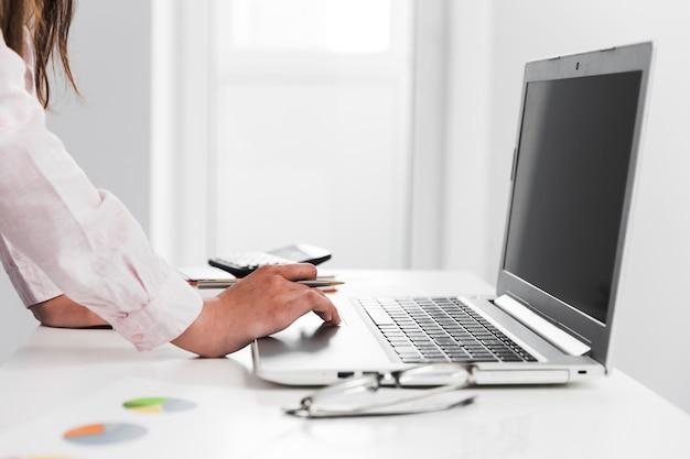 オフィスのデスクトップで働くビジネスマン
