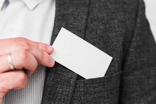 空白の名刺を示すビジネス人々