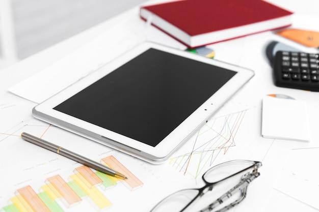 オフィスの要素を持つビジネスデスクトップ