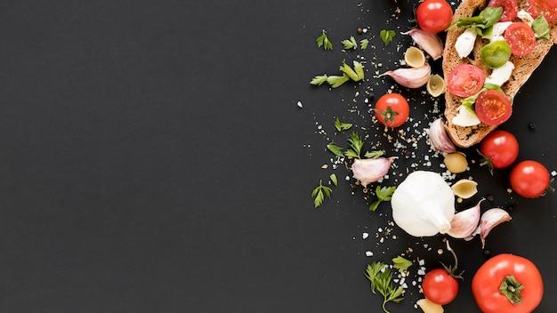 黒いキッチンカウンターの上の有機の新鮮な食材