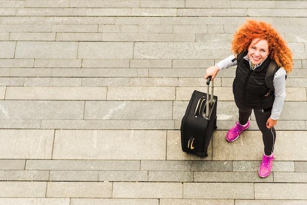 世界中を旅する女性
