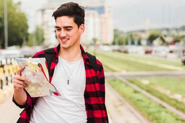 Молодой человек путешествует по миру