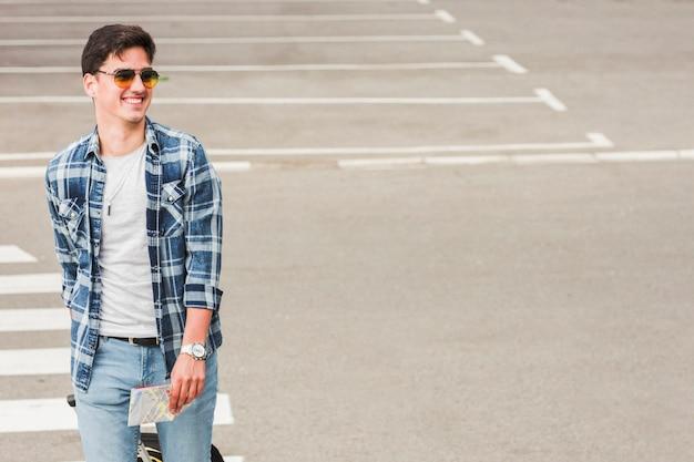 若い男が世界中を旅する