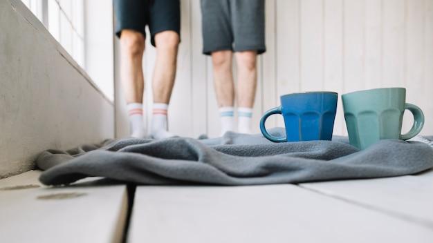 毛布の上のコーヒーカップのクローズアップ