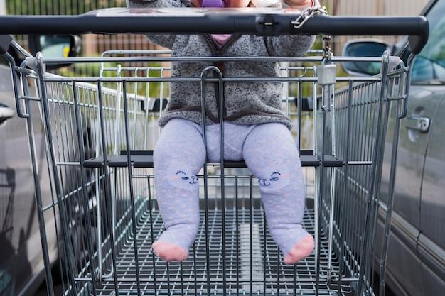 赤ちゃんと一緒に買い物カゴ