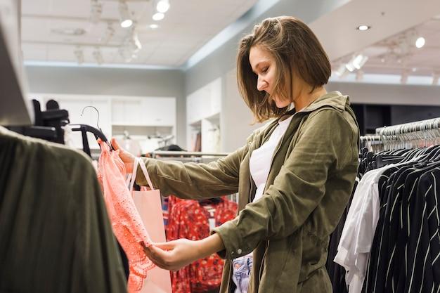 若い女性が別の衣装を選ぶ
