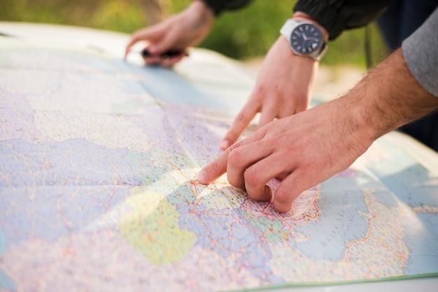 ロードトリップの地図で移動する人々