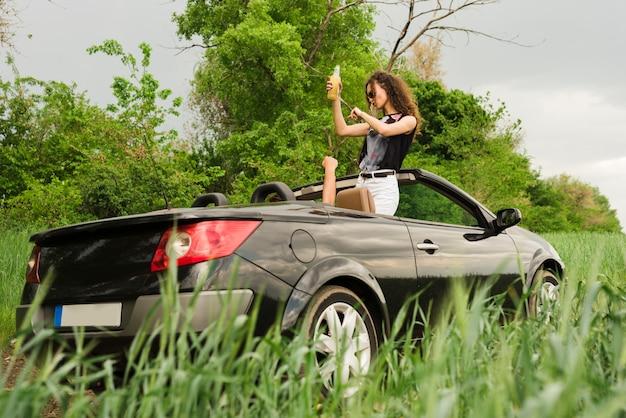 Радостная женщина в кабриолете