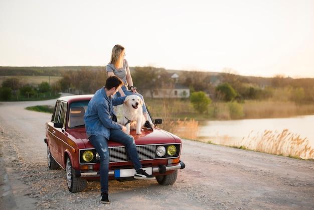 Молодая семья в поездке со своей собакой