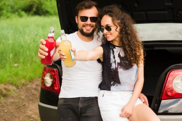 Концепция поездки с молодой парой