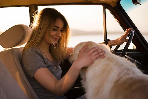 車の中で旅行の若い女性