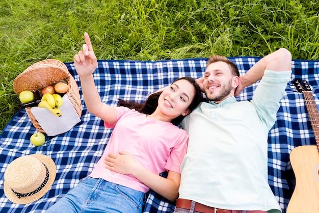 ピクニック毛布の上に横たわるカップル