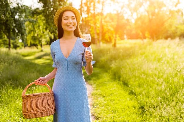 Азиатская женщина, ходьба с стеклом в солнечном свете