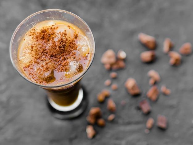 アイスコーヒーとナッツパウダーのカクテル