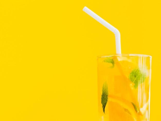 鮮やかなオレンジとミントのカクテル