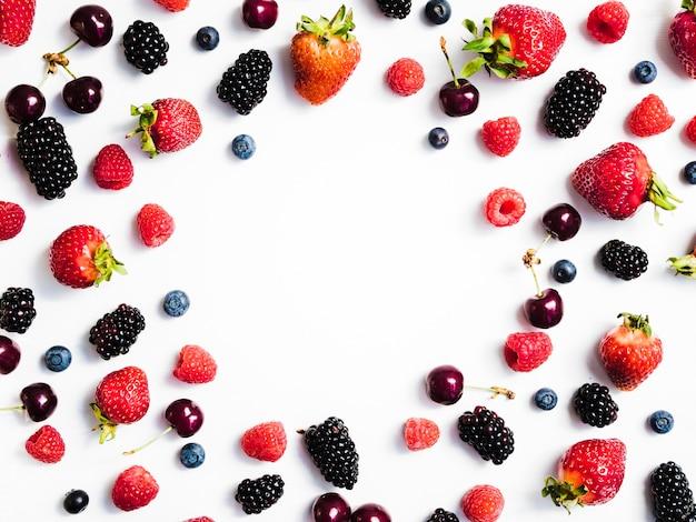 白い背景の上の新鮮な甘い果実の混合物