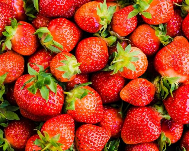 新鮮な甘い熟したおいしいイチゴ