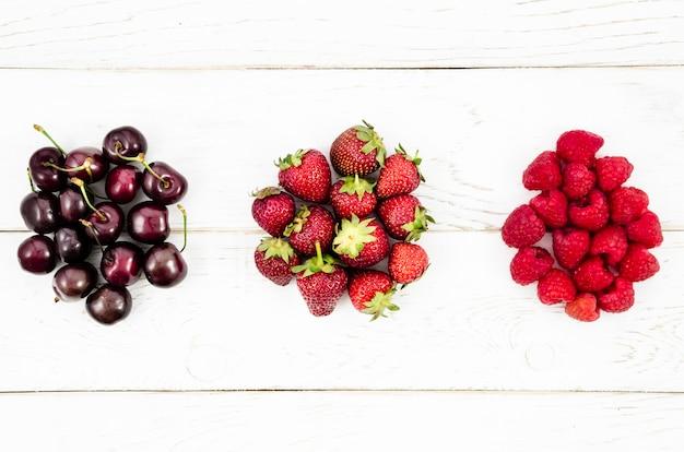 白い表面においしい夏の果実