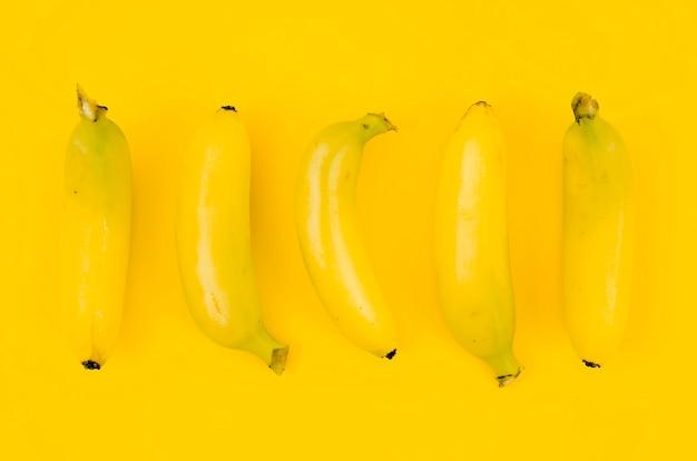 色付きの背景上のバナナ