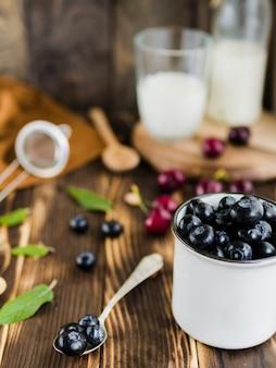 Ягоды черники в чашке на столе