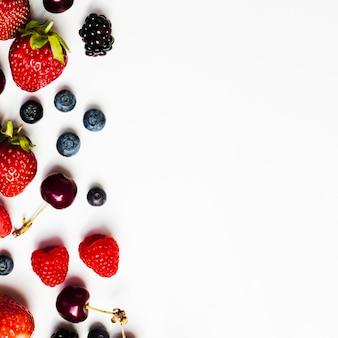 白い表面に天然の果実