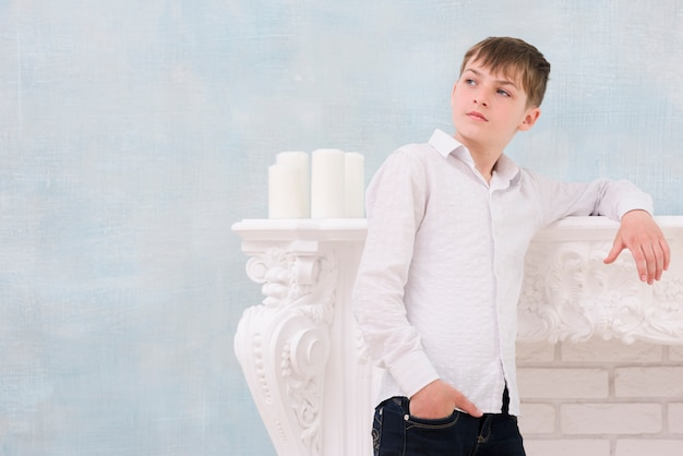 愛らしい熟考された男の子の肖像画