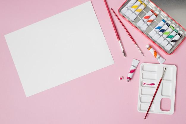 描画材料を使用したオフィスのデスクトップ