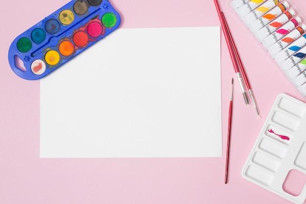 Офисный рабочий стол с материалами для рисования