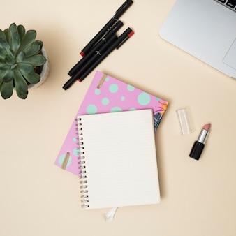 Офисный рабочий стол с ноутбуком