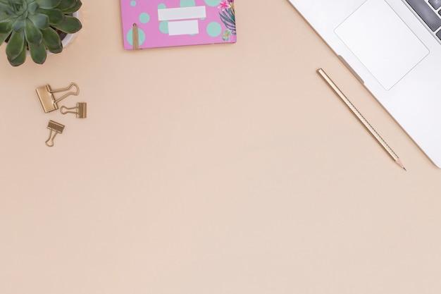 Офисный рабочий стол с ноутбуком и другими элементами