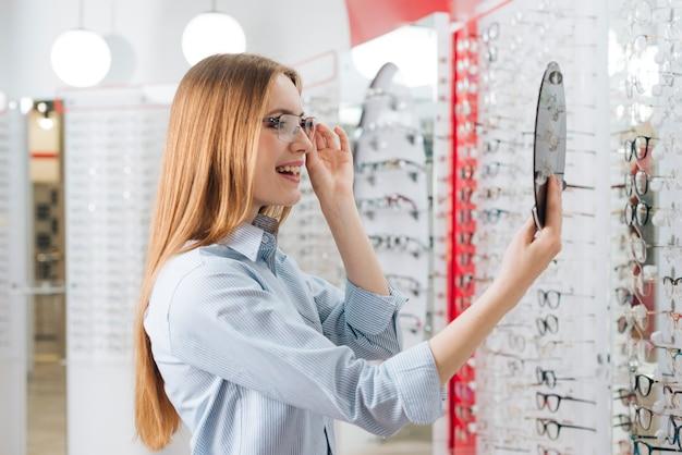 検眼医で新しい眼鏡を探して幸せな女