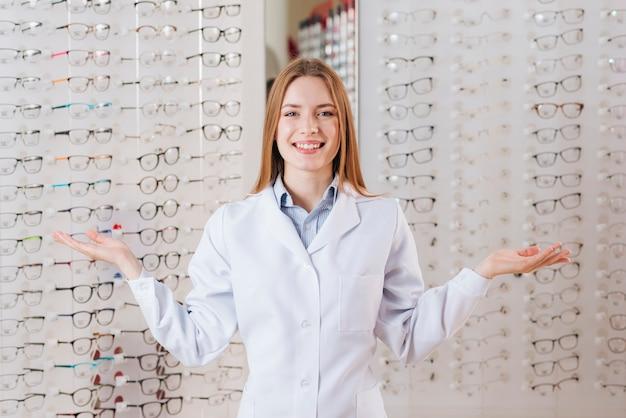 Портрет дружелюбного женского оптометриста