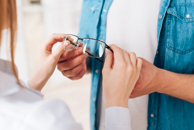 検眼医で新しい眼鏡を探している人