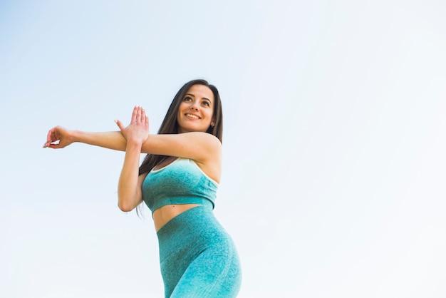 アスレチック女屋外スポーツの練習
