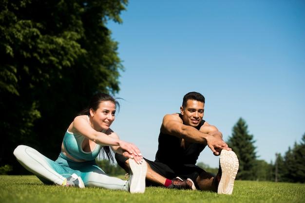 Молодые люди занимаются спортом на открытом воздухе