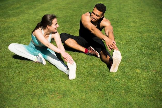屋外スポーツの練習の若者