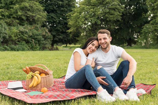 ピクニック毛布でポーズをとるカップル