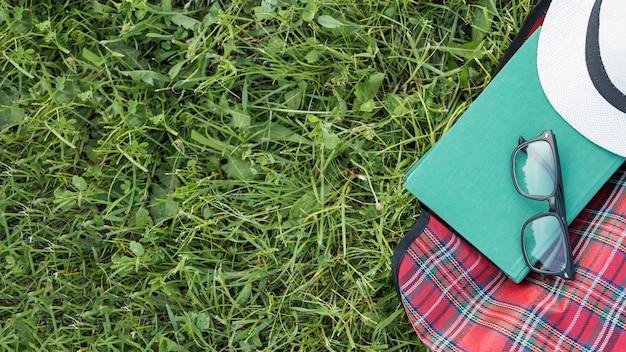 Шляпа сверху и очки на одеяле для пикника