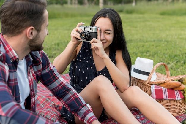 彼氏に写真を撮っている女の子