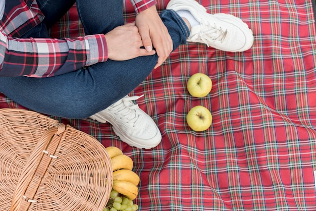 ピクニック毛布の上の少年の足