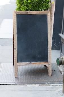 立っているレストランの黒板看板テンプレート