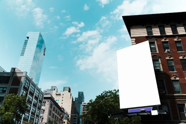 市内の建物に大きな看板テンプレート