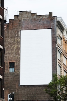 Большой шаблон рекламного щита на здании в городе