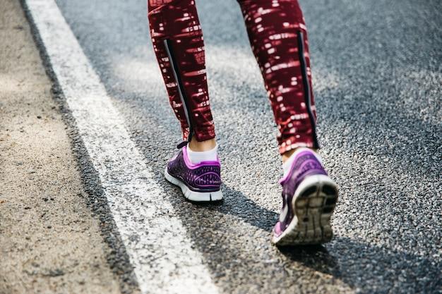 道を走っている女性の足
