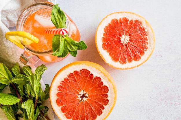 健康的な夏のフルーツジュースの平干し