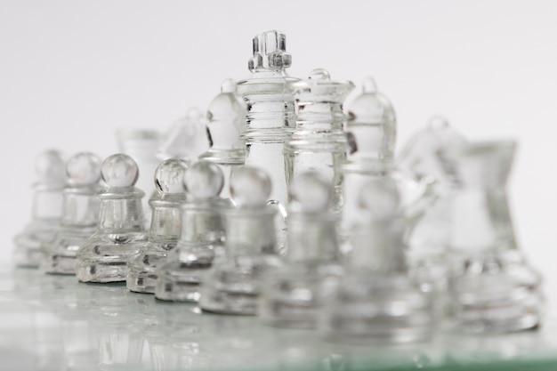 ボード上の透明なチェスの駒