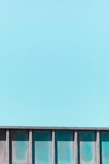 青色の背景に金属の手すりのテクスチャ