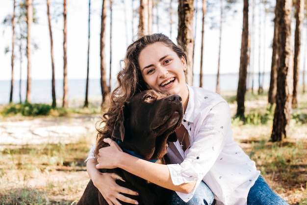 Молодая женщина делает пикник со своей собакой